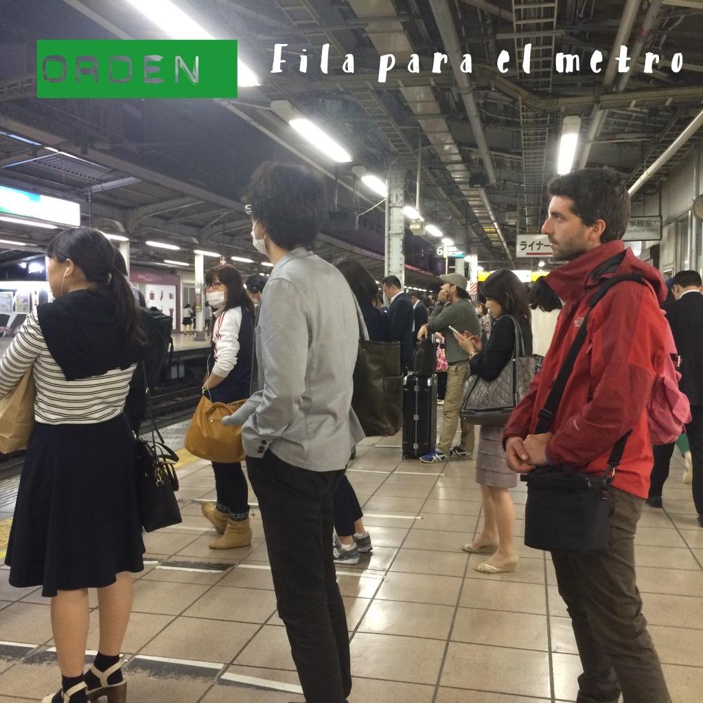 Nacionales y extranjeros en fila para entrar al metro